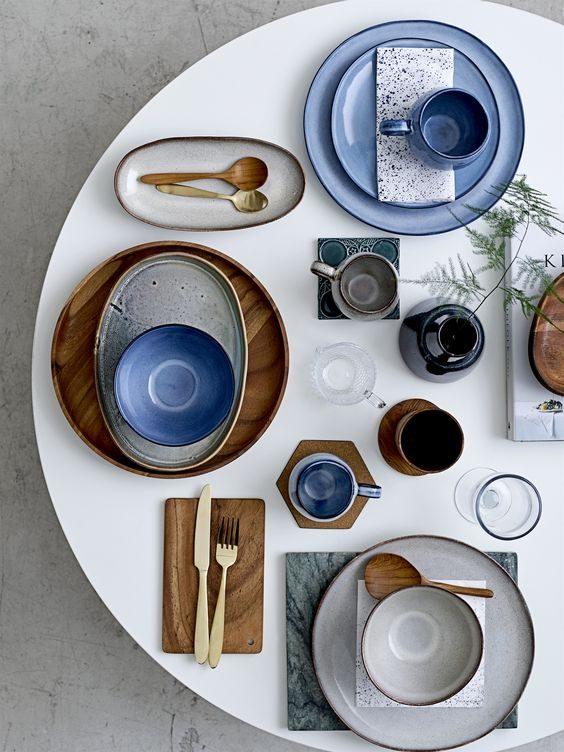 mix de prato azul e madeira