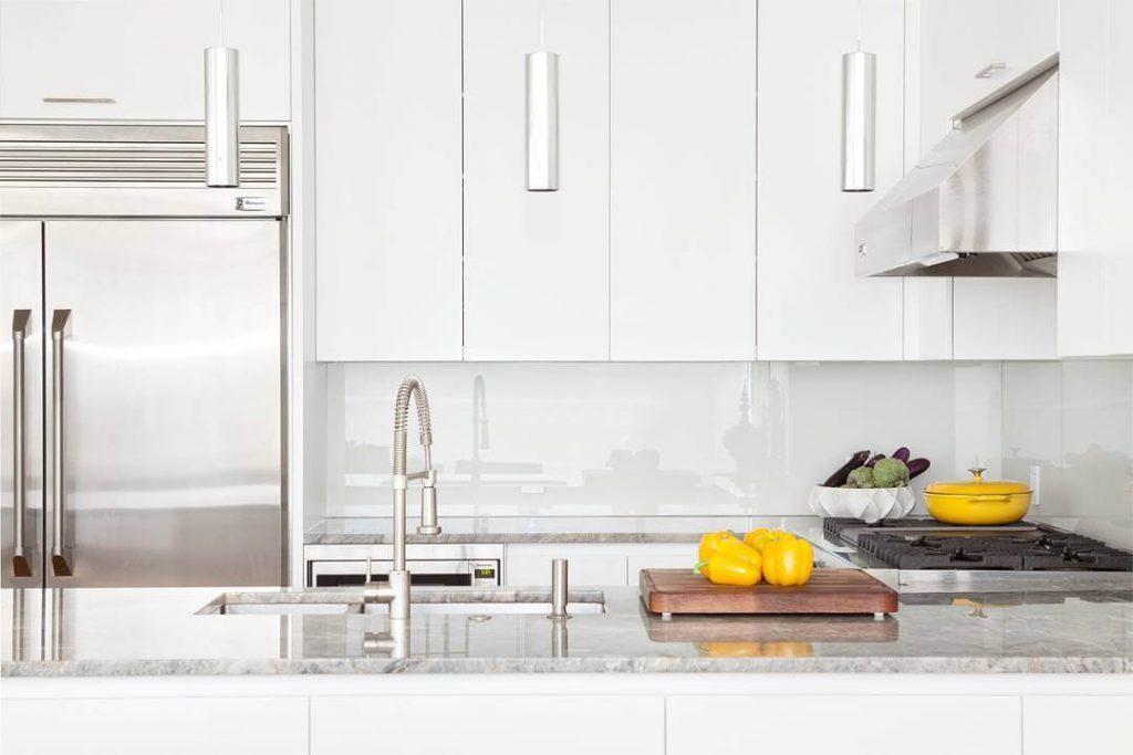 cozinha toda branca com espelho em vidro branco