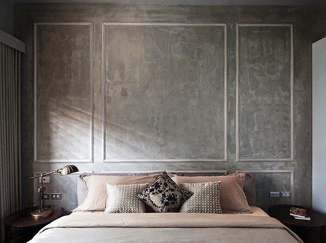 parede de cabeceira da cama com cimento queimado e boiserie