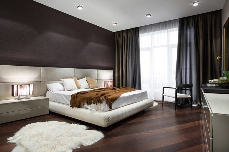 cama branca com manta marrom jogada