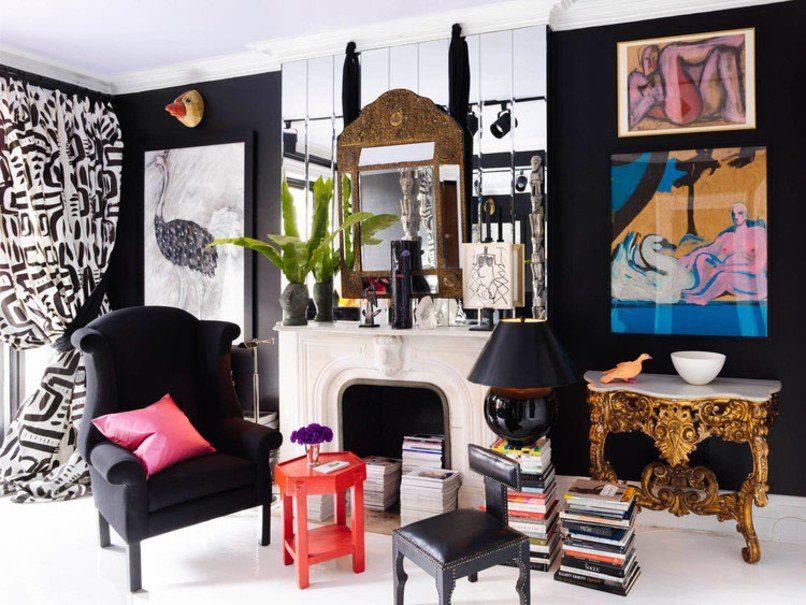 sala com paredes pretas e lareira e estilo maximalista