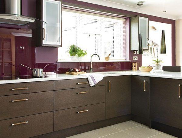 cozinha de madeira escura e parede revestida de vidro bordo