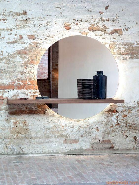 espelho redondo com fita de led e prateleira de madeira