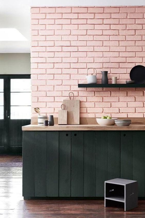 parede de tijolo aparente pintado de rosa
