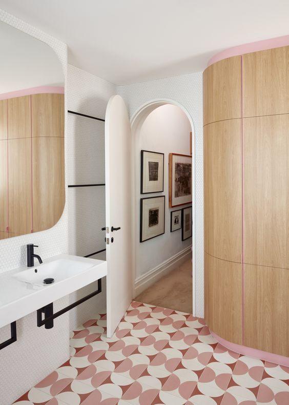 piso com estampa geometrica em tons de rosa