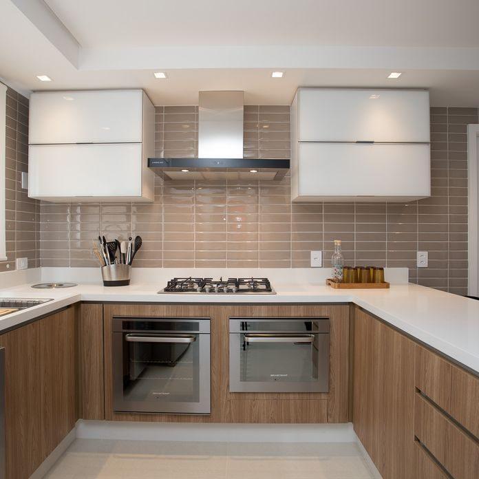 cozinha com subway tiles e armarios em vidro branco