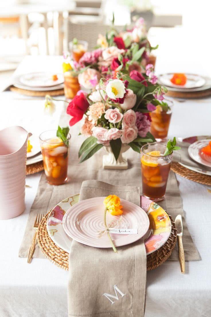 guardanapo bege em mesa colorida