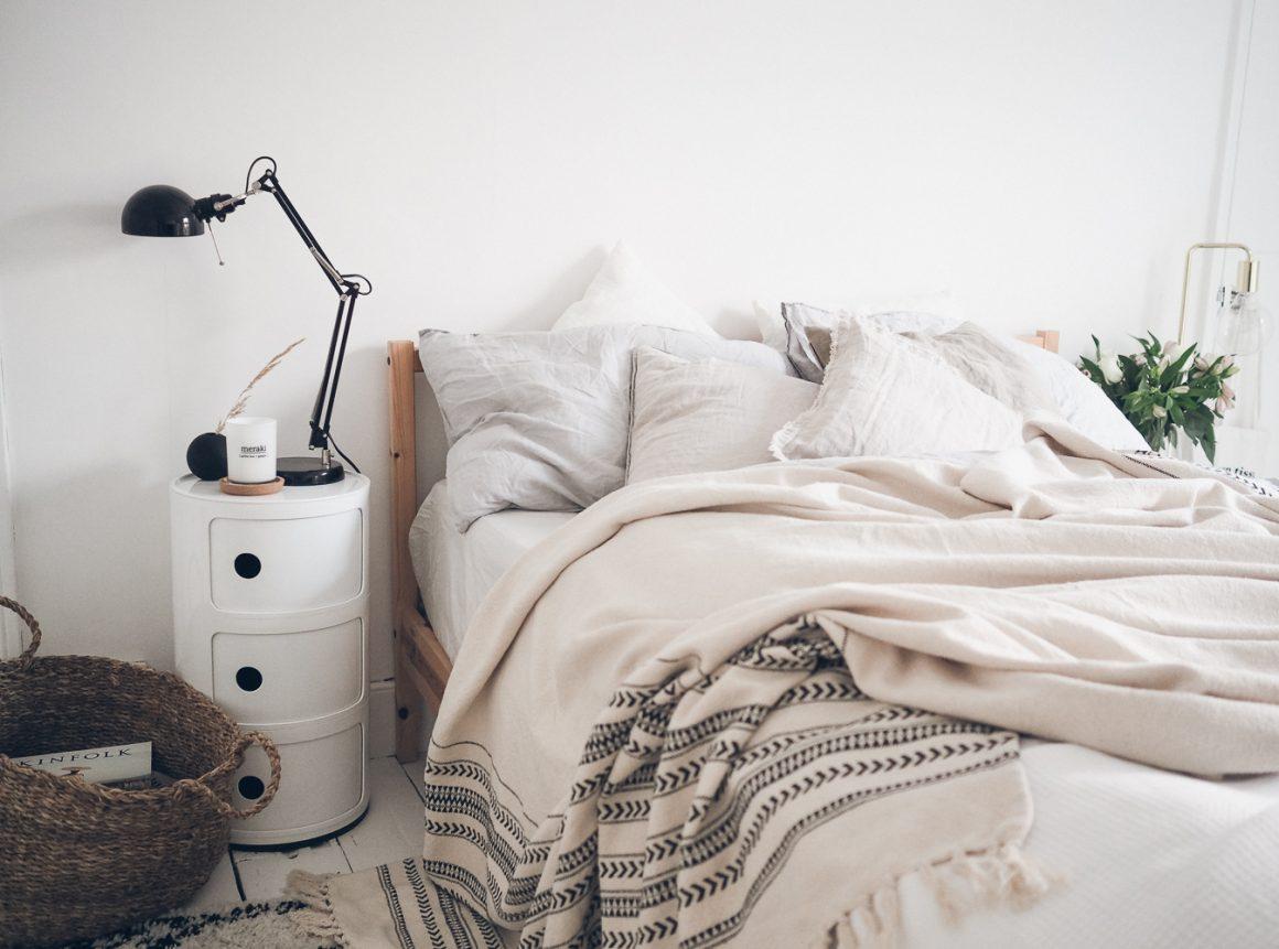 cama com mantas em tons pasteis