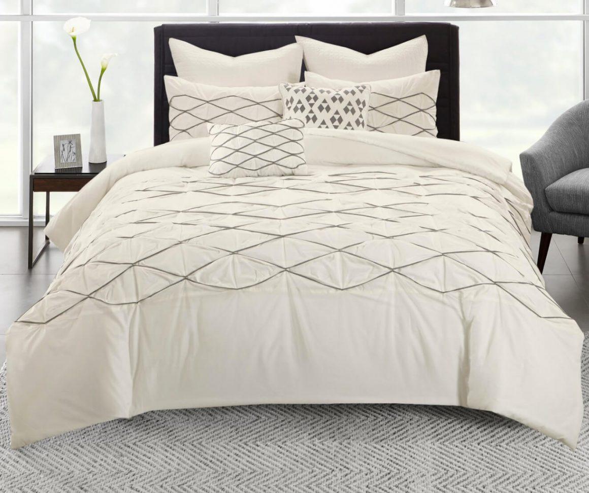 cama cheia de cobertas toda branca