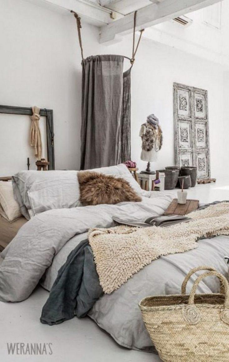 cama com varias mantas bagunçadas