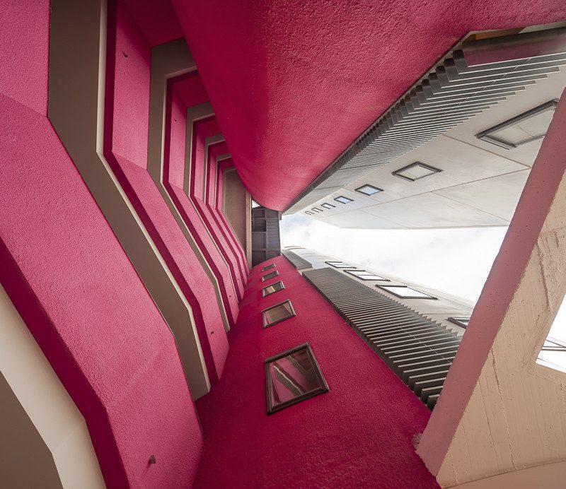 prédio com sacadas todo rosa pink