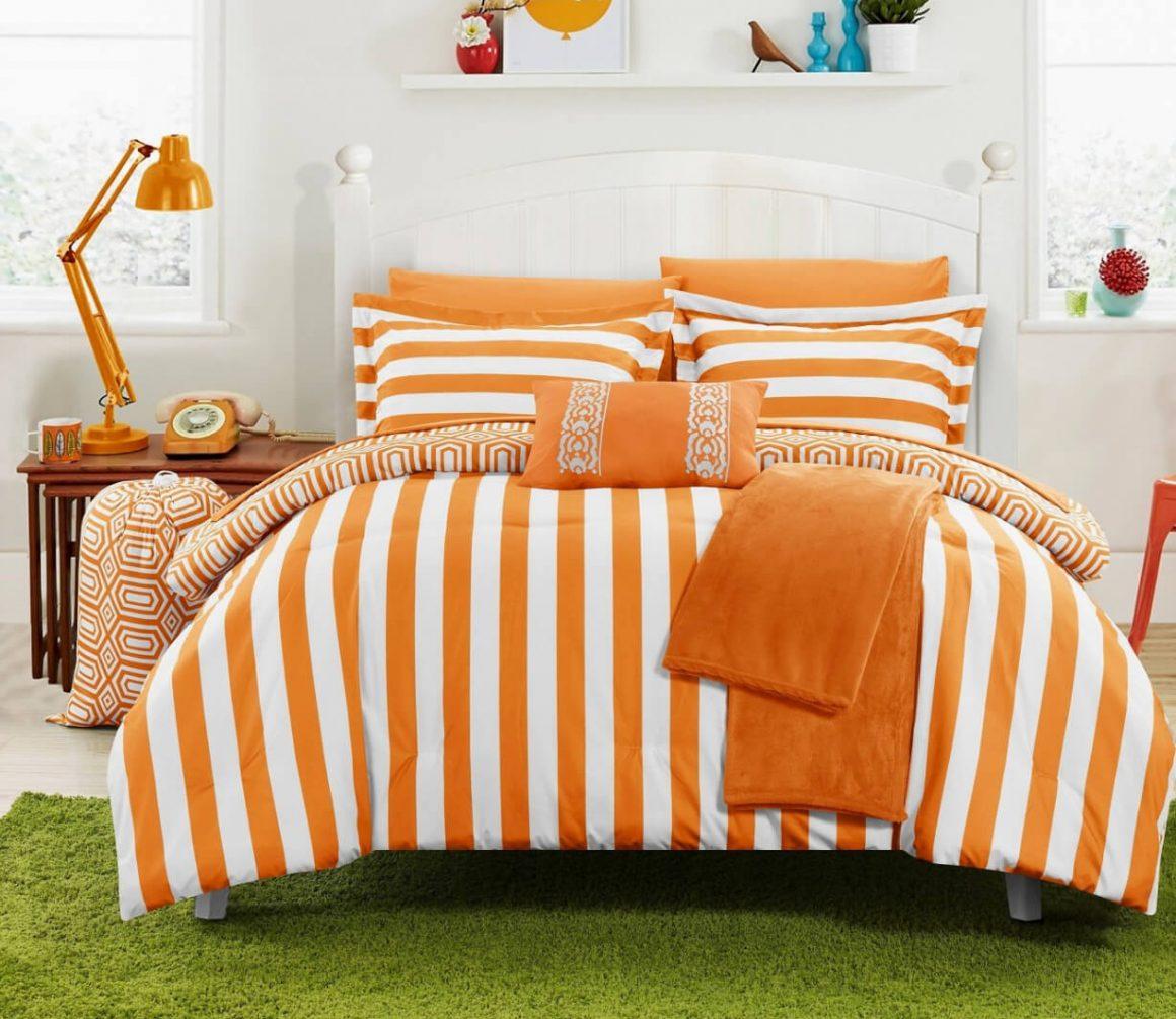 cama com edredom e lençóis com estampas em laranja