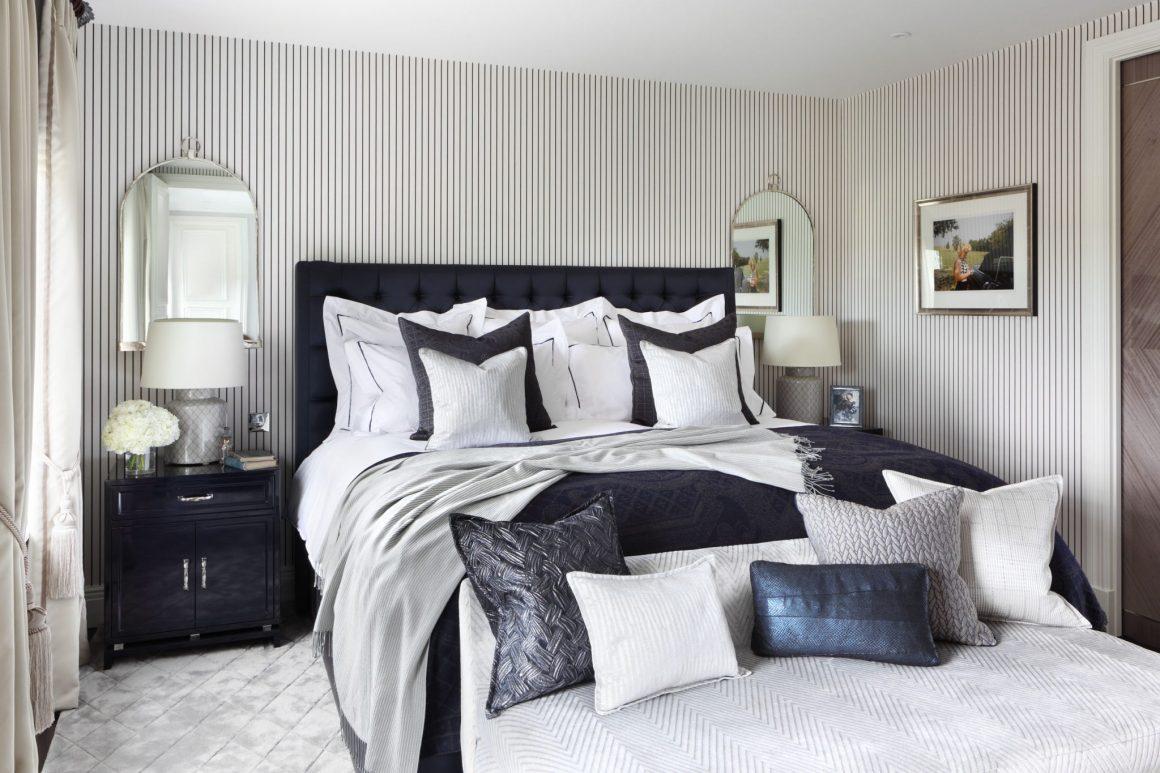 cama com mantas em tons de azul marinho