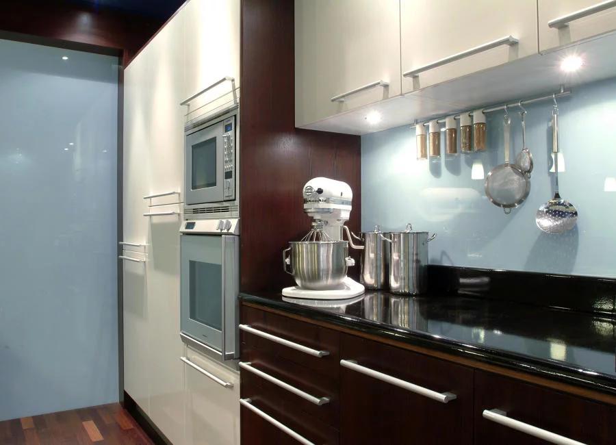 cozinha com espelho em vidro azul claro