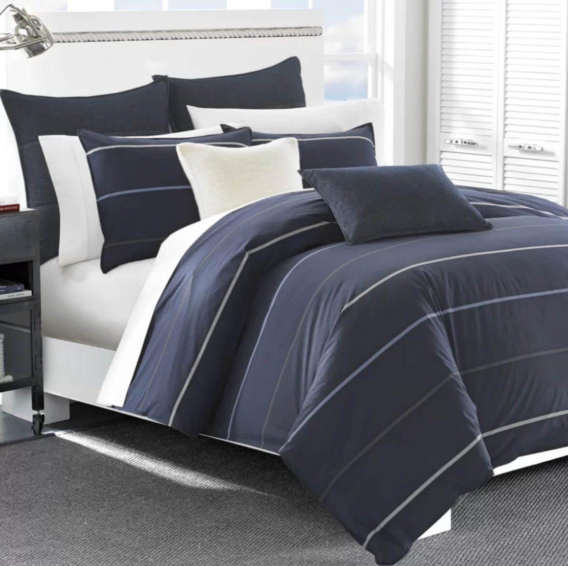 cama com edredom e travesseiros azuis