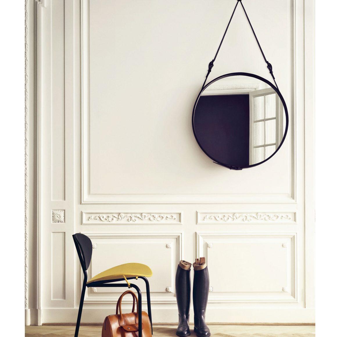 espelho adnet pendurado no hall