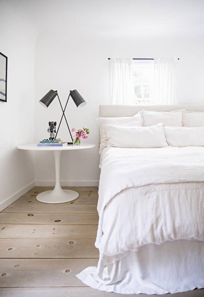 cama com tudo branco e mesa saarinen