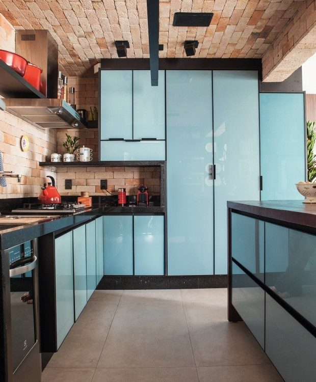 cozinha com armarios em vidro azul claro