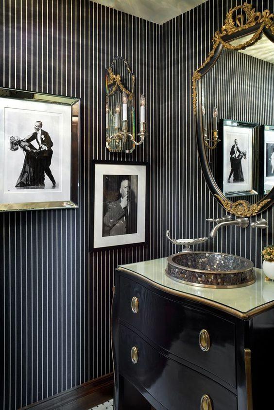 banheiro com estampa listrada em preto e branco