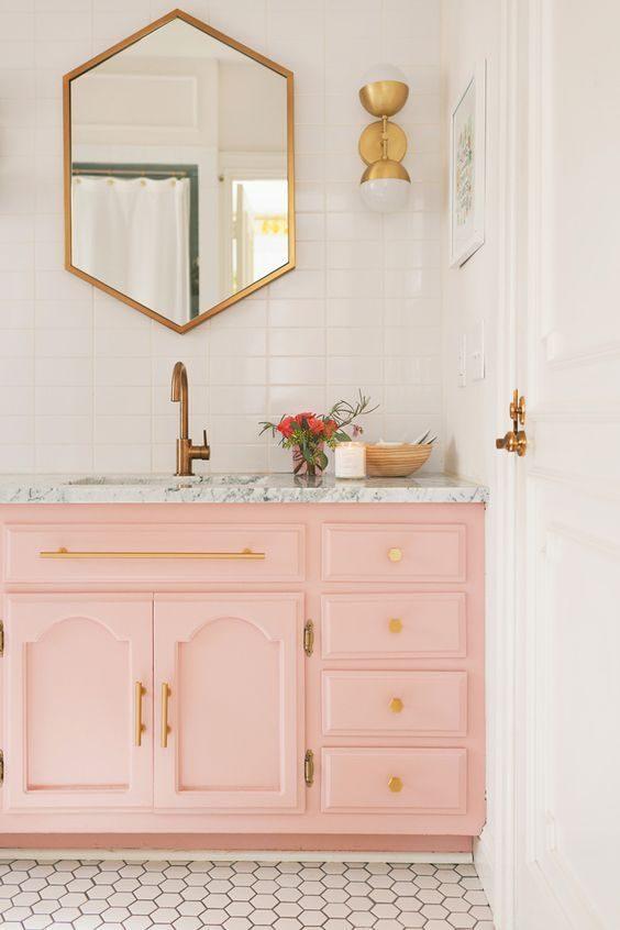 banheiro em rosa candy e dourado