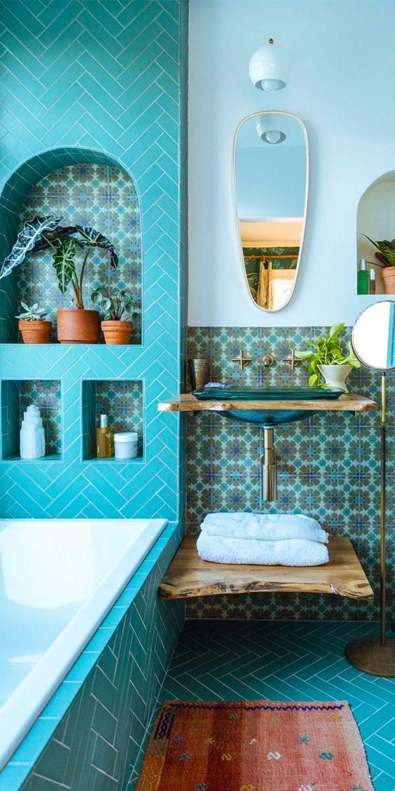 banheiro todo azul com jungalow style