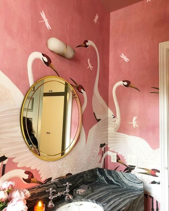banheiro com papel de parede estampad em jungalow style