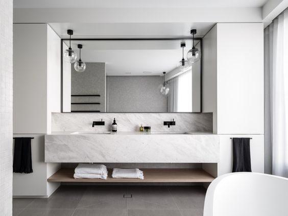 banheiro todo branco com mármore carrara e metais pretos