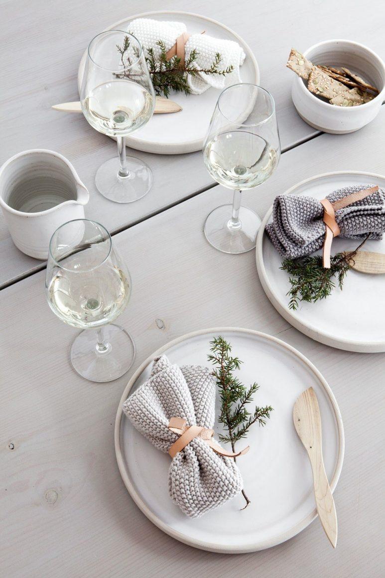 mesa posta com guardanapo em forma de trouxinha
