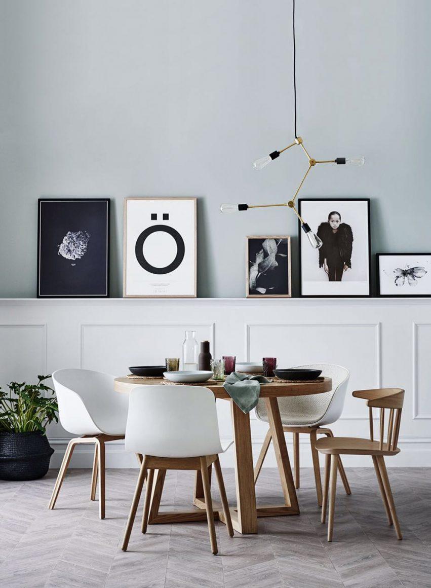 boiseries na parte inferior na parede com prateleira para quadros