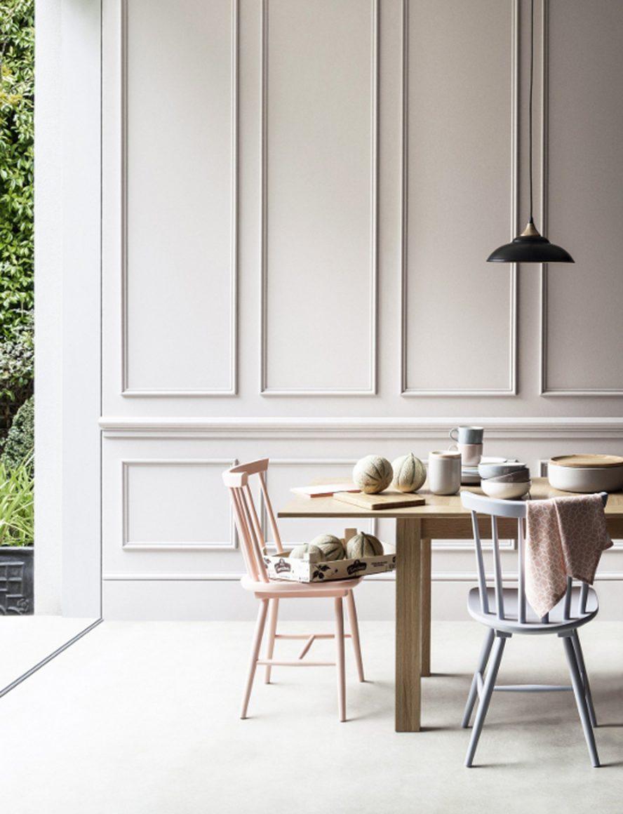 Sala de janta com parede branca e boiseries