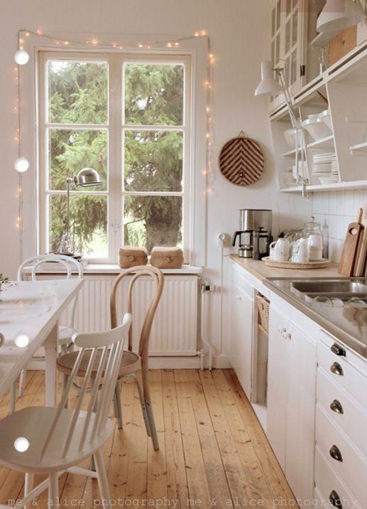 cozinha com cordão de luz nas aberturas