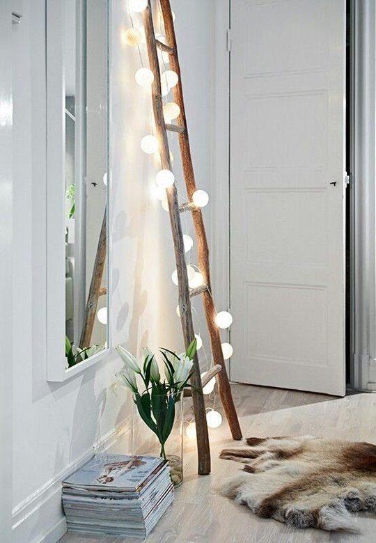 escada com cordão de luz enrolado nela