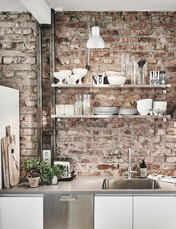 open shelving em cozinha de estilo industrial