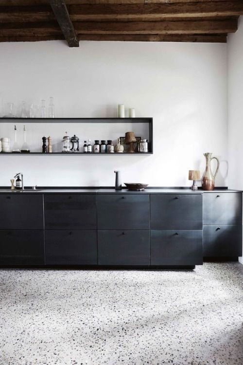 cozinha minimalista com marcenaria preta.