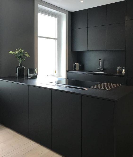 cozinha de linhas simples e preta.
