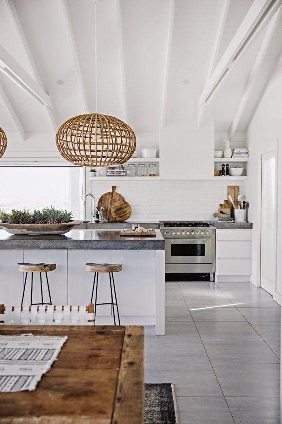 cozinha com lustres e bancos handmade