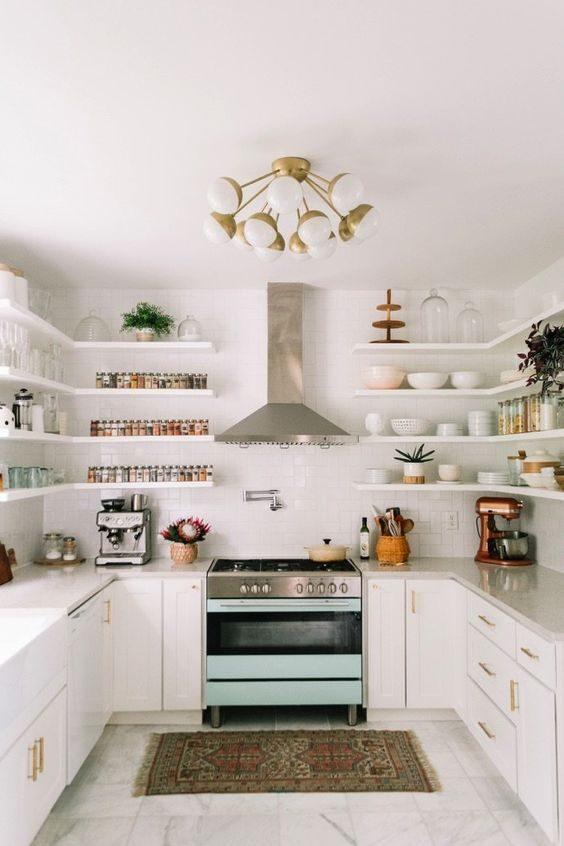cozinha revestida com subway tiles e open shelving como armário aéreo