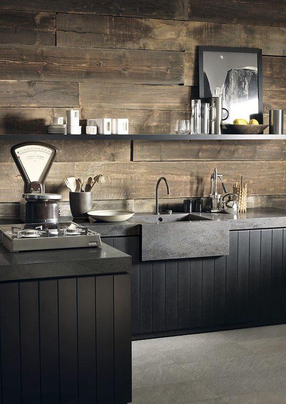 cozinha preta com parede revestida de madeira rústica