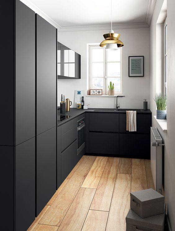 cozinha preta com acessórios dourados