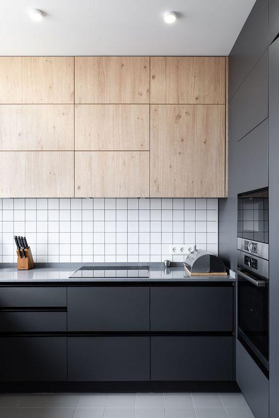 cozinha preta com ármários aéreos em madeira