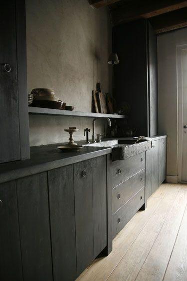 cozinha preta com madeira rústica