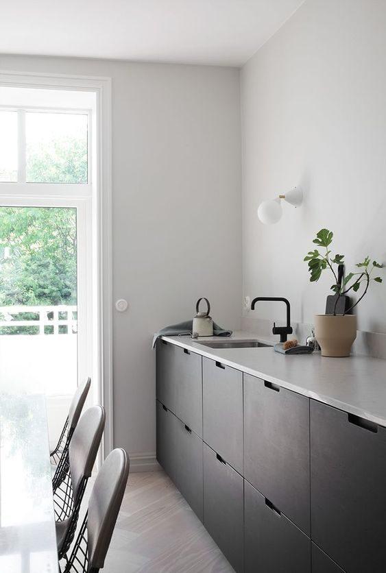 cozinha branca com armários pretos