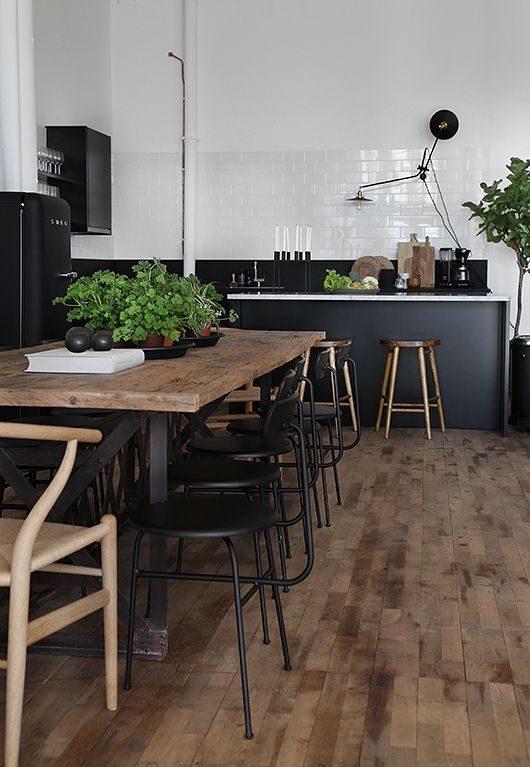 cozinha preta com revestimento em subway tiles brancos