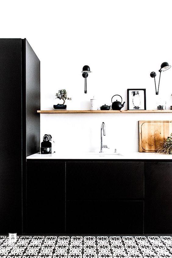 cozinha preta com bancada branca