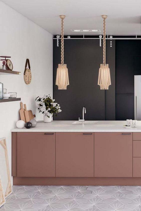 parede de cozinha preta com marcenaria em rosa.