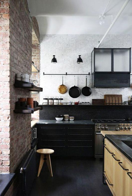 cozinha preta com parede de tijolinho