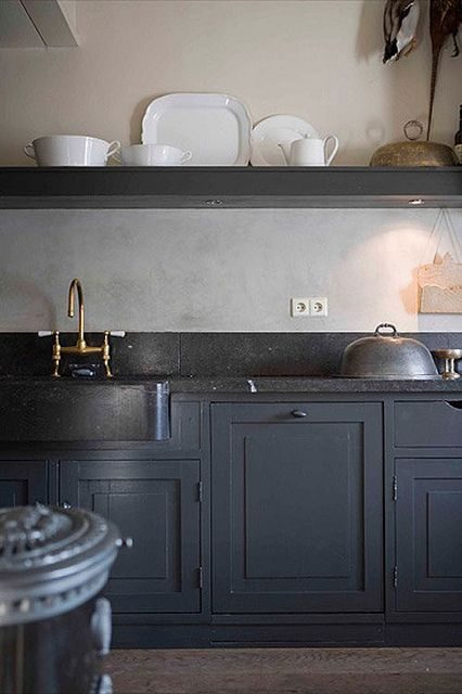 cozinha preta com mood antiguinho e objetos dourados
