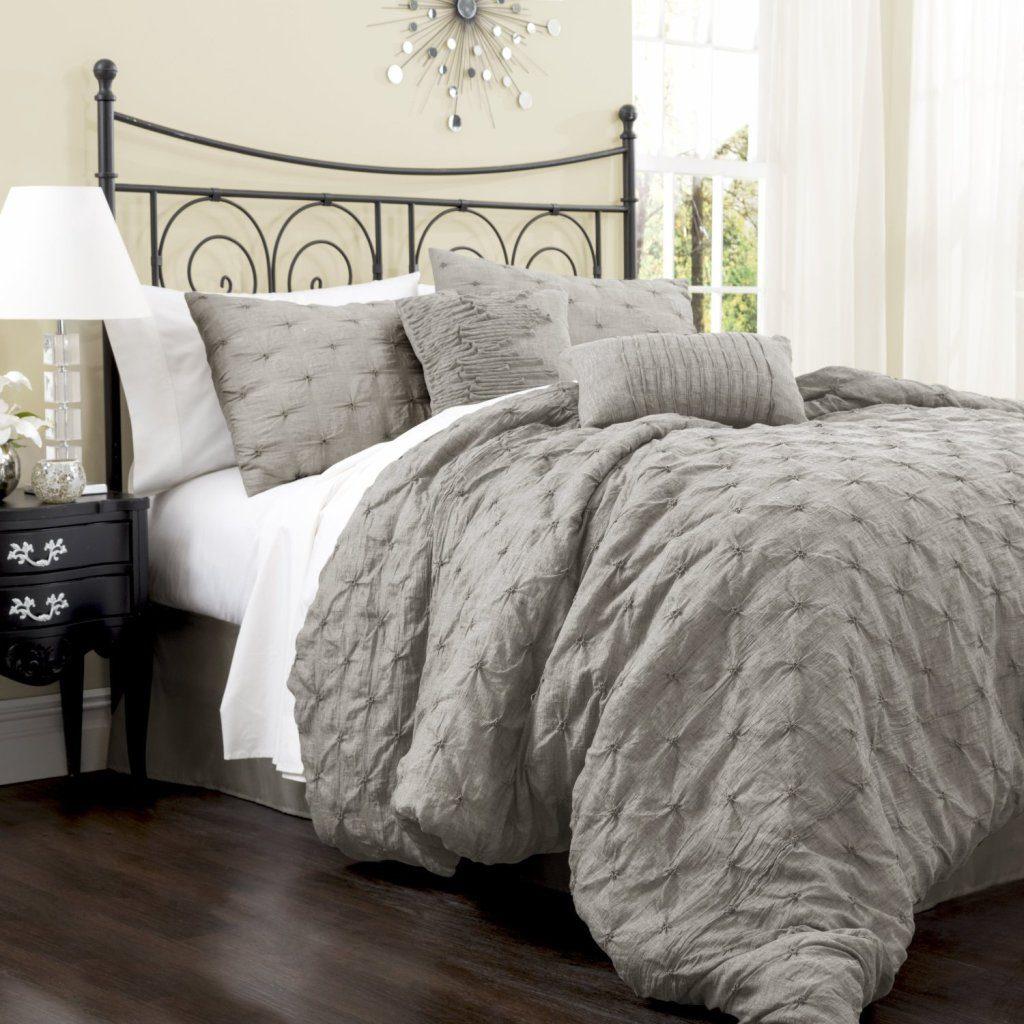 cama com edredom cinza e textura