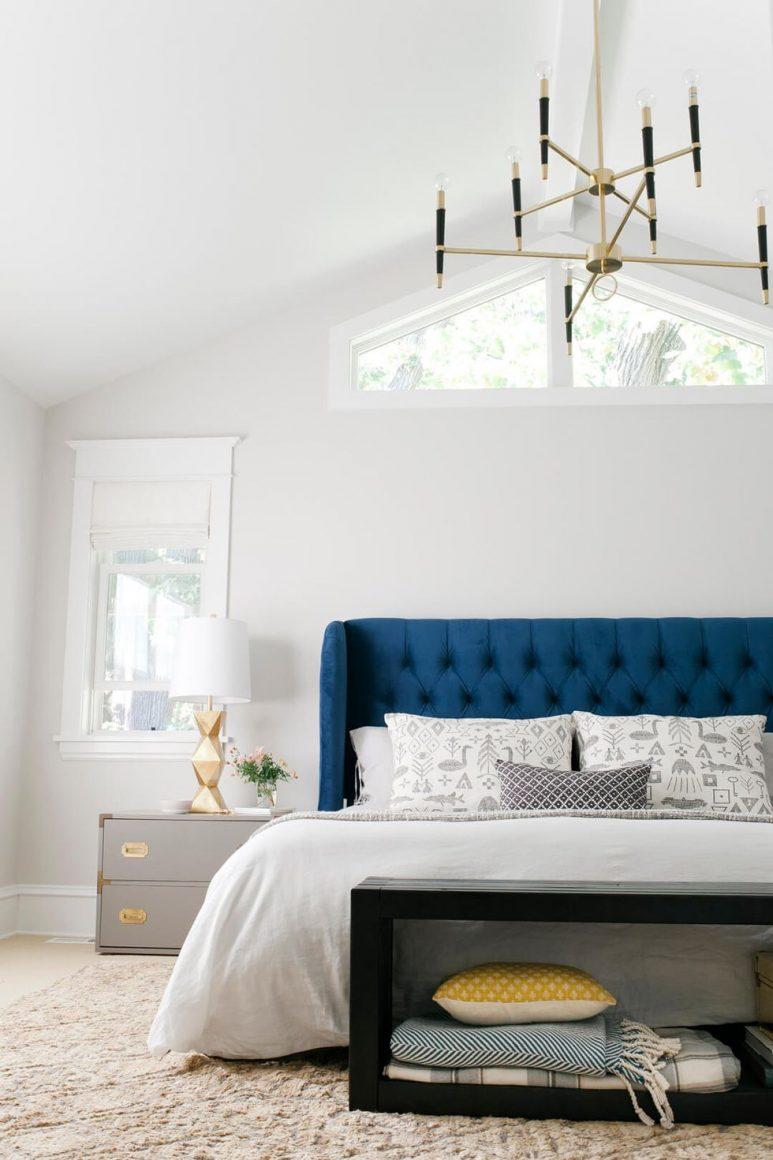 cama branca com almofadas estampadas