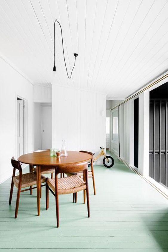 sala de jantar com piso neo-mint e paredes brancas.